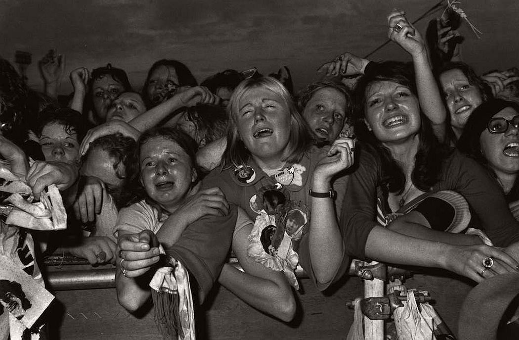 vintage-teenagers-screaming-at-pop-concerts-1960s-1970s-08