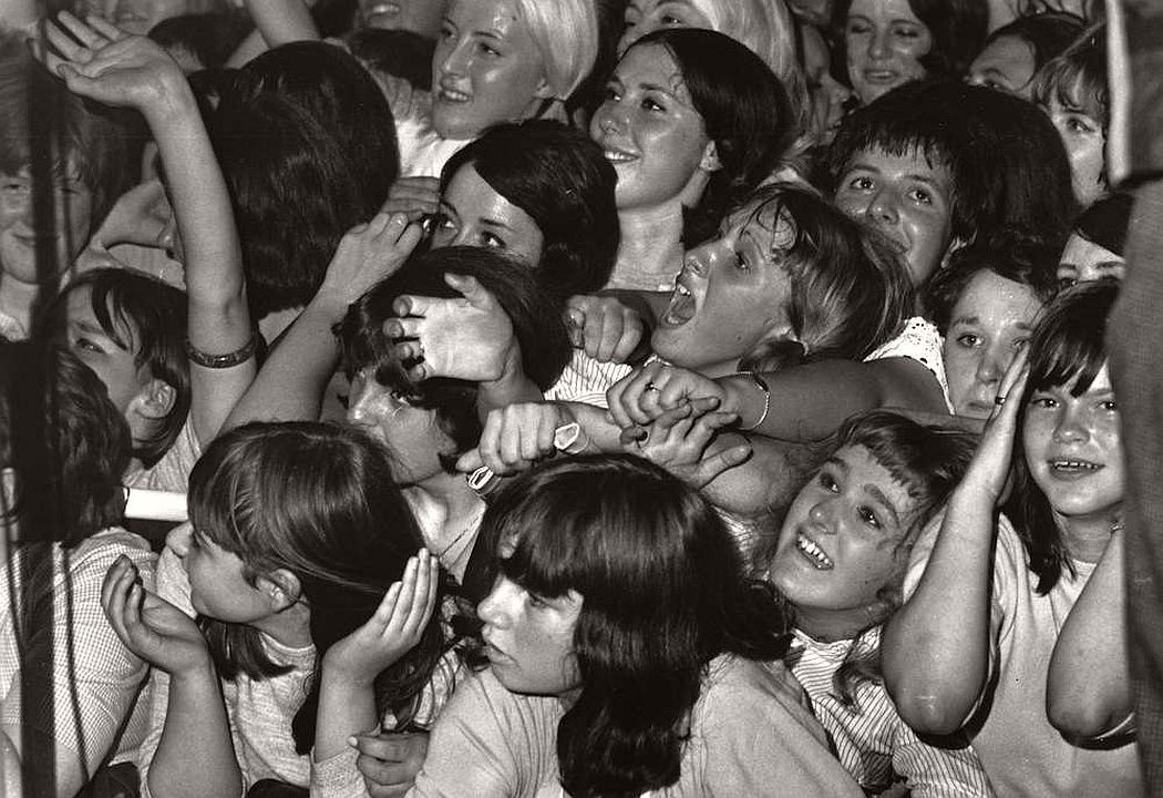 vintage-teenagers-screaming-at-pop-concerts-1960s-1970s-14