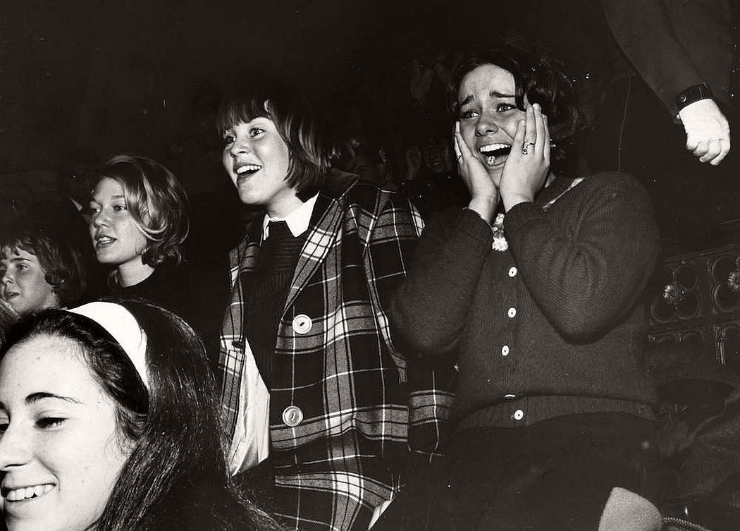 vintage-teenagers-screaming-at-pop-concerts-1960s-1970s-15