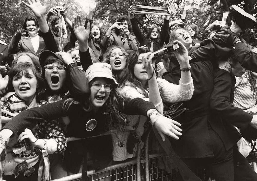 vintage-teenagers-screaming-at-pop-concerts-1960s-1970s-16