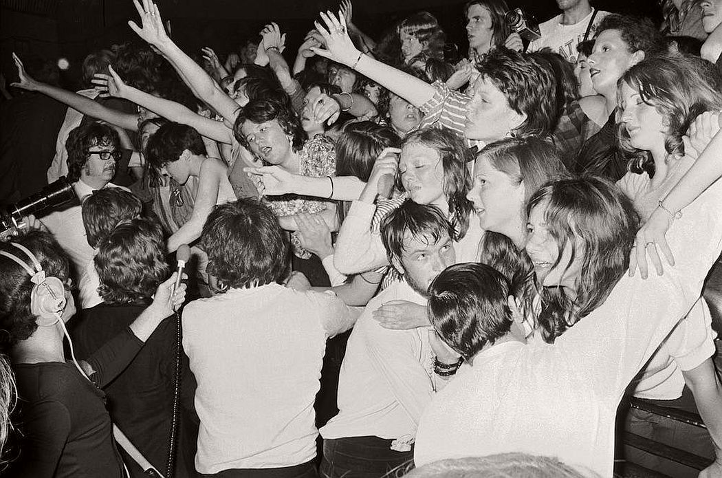 vintage-teenagers-screaming-at-pop-concerts-1960s-1970s-18