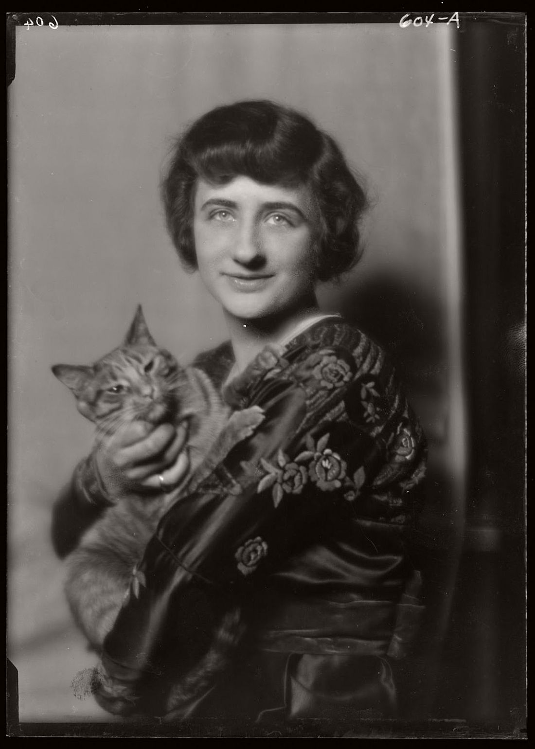 arnold-genthe-1910s-vintage-studio-portraits-of-girls-with-cat-02