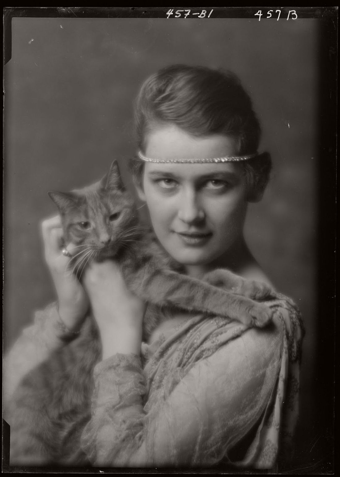 arnold-genthe-1910s-vintage-studio-portraits-of-girls-with-cat-03