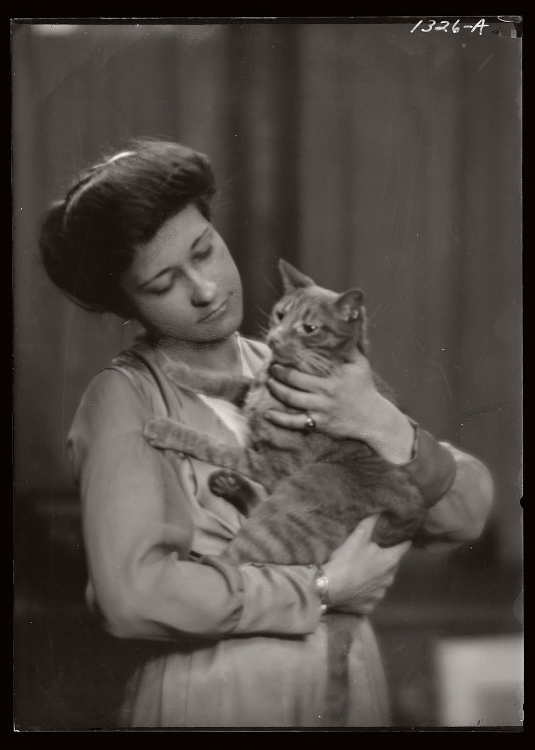 arnold-genthe-1910s-vintage-studio-portraits-of-girls-with-cat-05