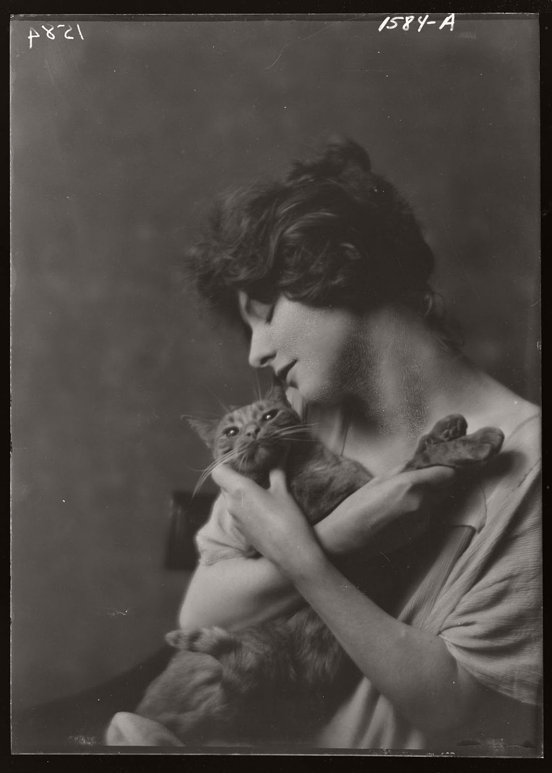 arnold-genthe-1910s-vintage-studio-portraits-of-girls-with-cat-07