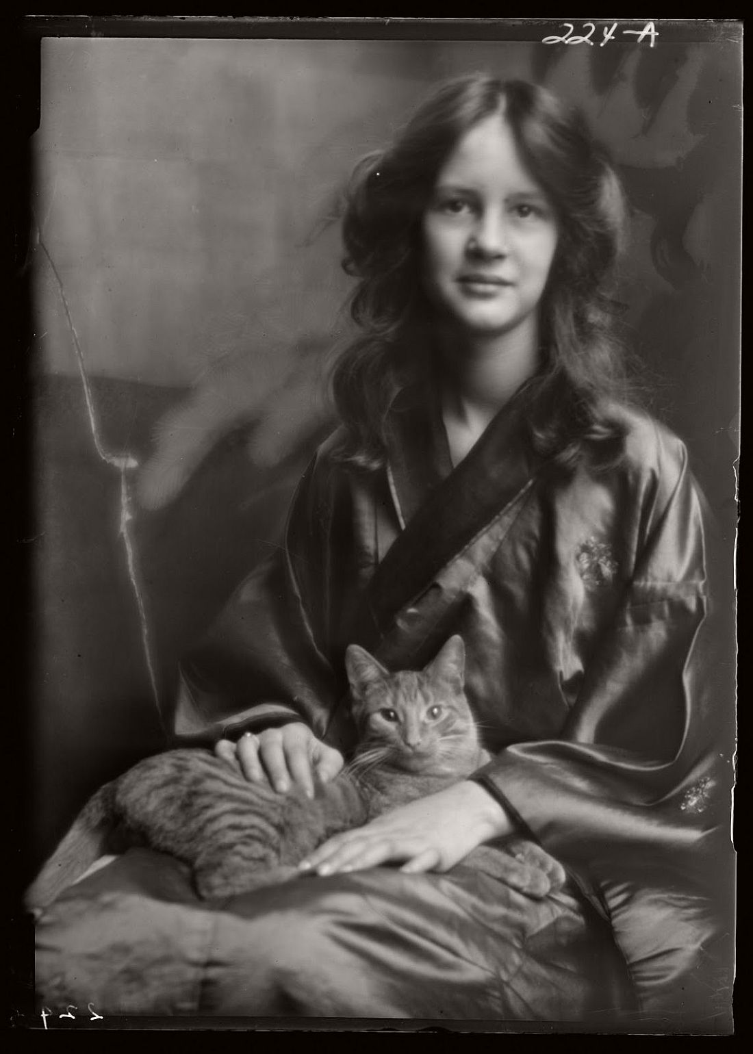 arnold-genthe-1910s-vintage-studio-portraits-of-girls-with-cat-10
