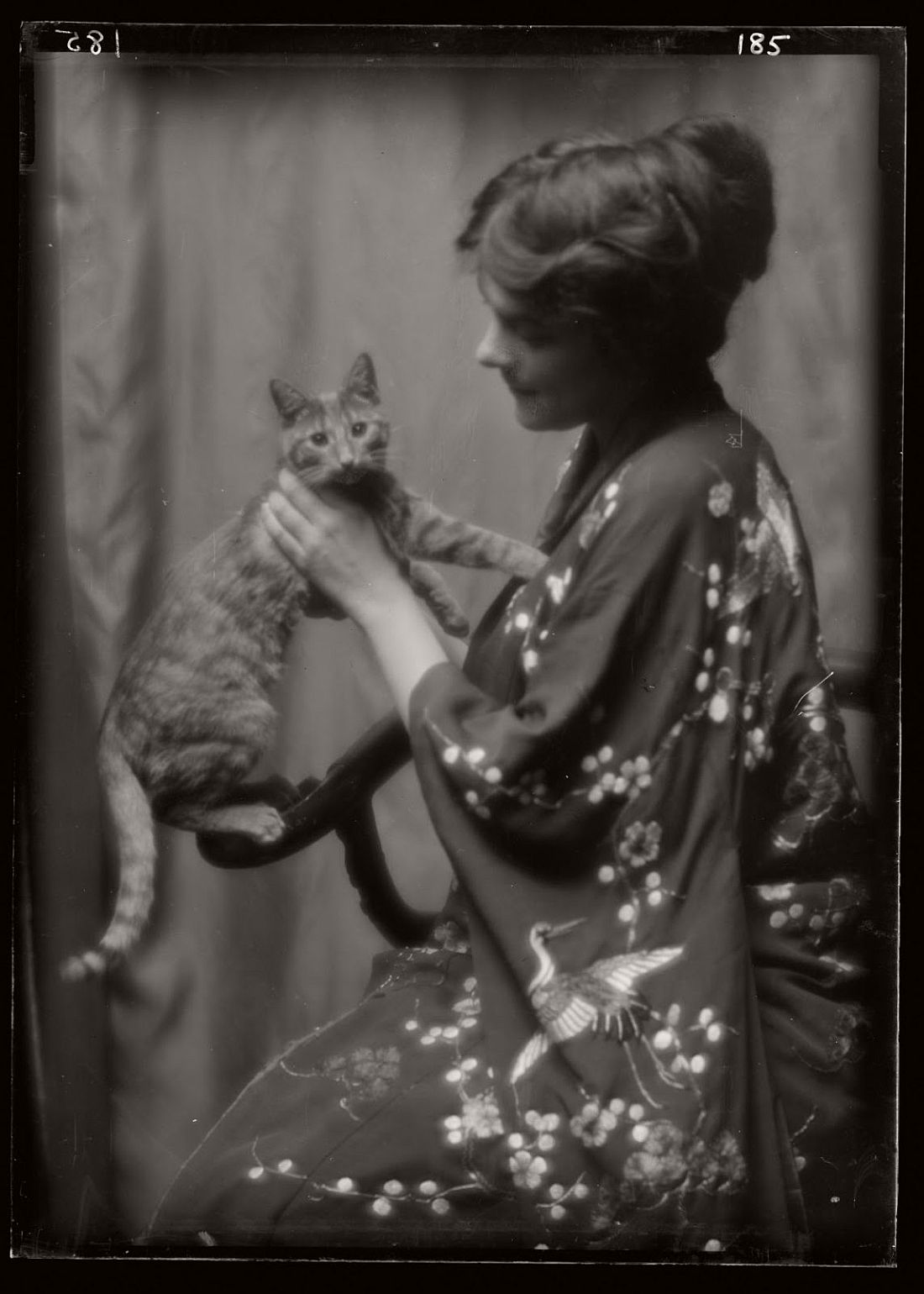 arnold-genthe-1910s-vintage-studio-portraits-of-girls-with-cat-13