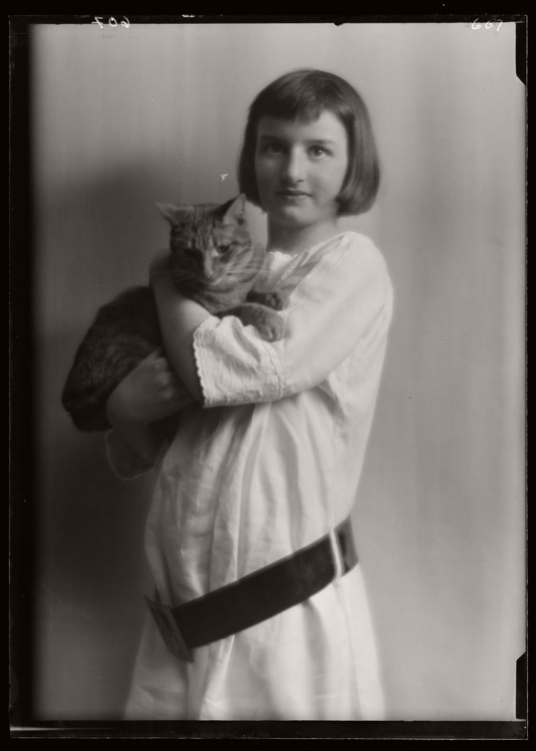 arnold-genthe-1910s-vintage-studio-portraits-of-girls-with-cat-18