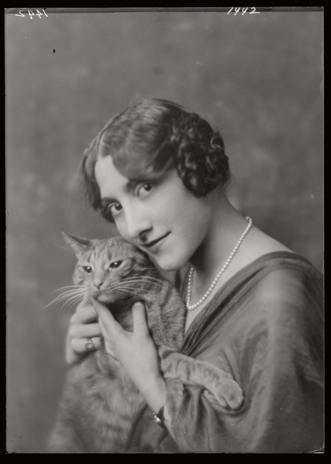 arnold-genthe-1910s-vintage-studio-portraits-of-girls-with-cat-19