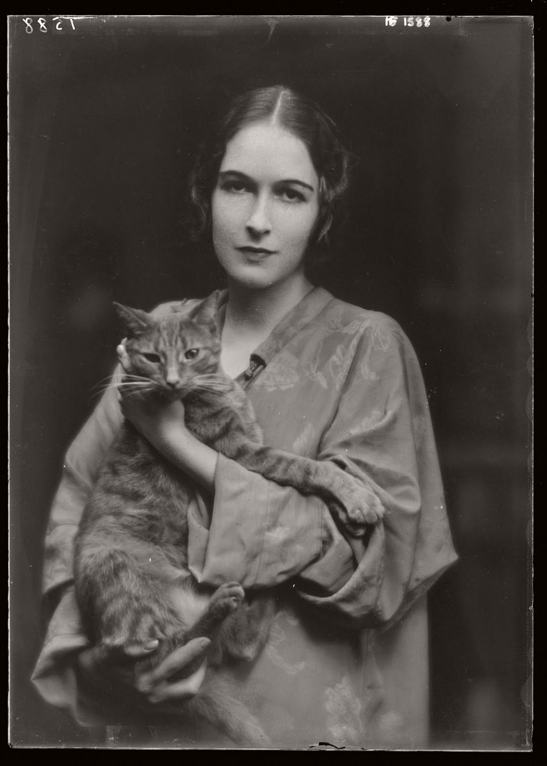 arnold-genthe-1910s-vintage-studio-portraits-of-girls-with-cat-20
