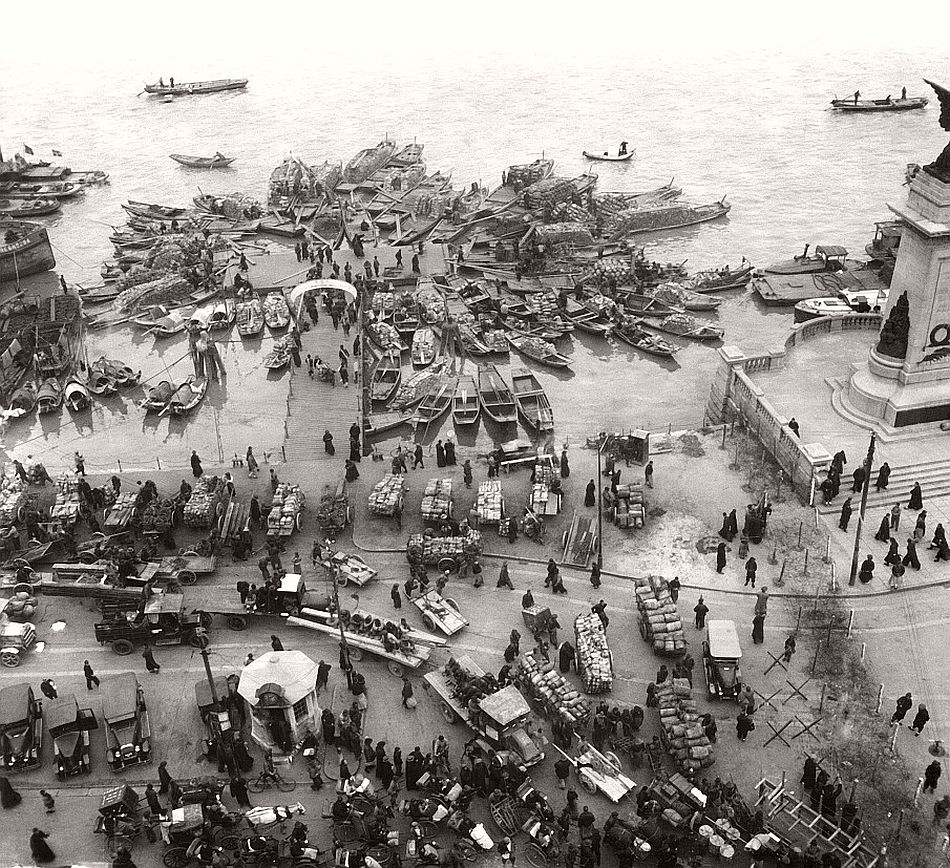 Crowd and boats on the bund, Shanghai, 1929