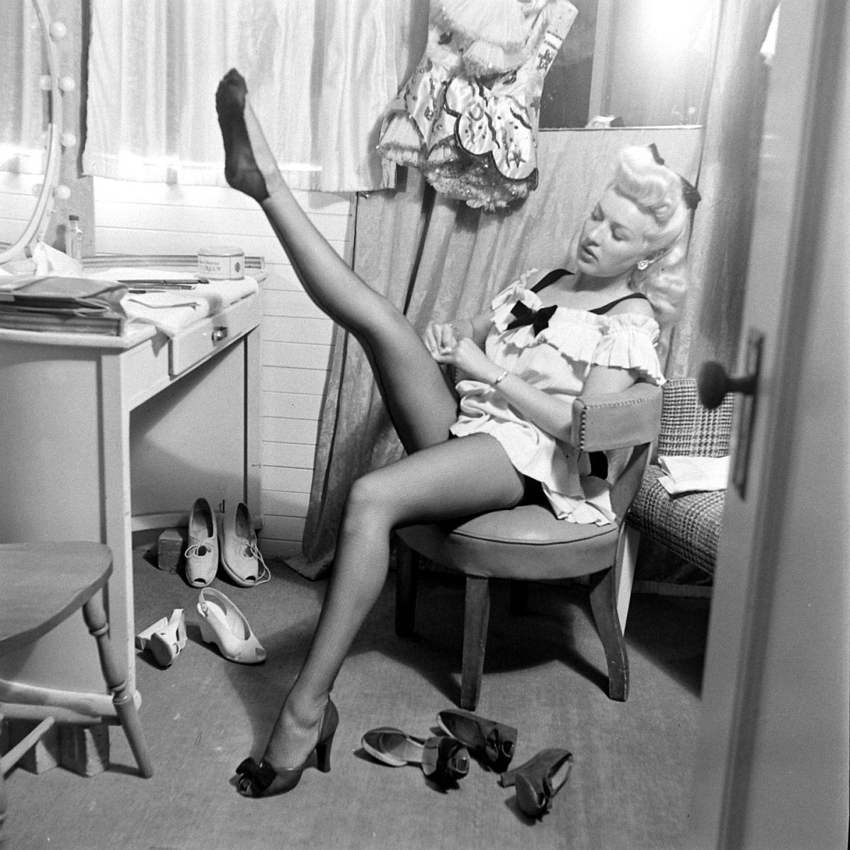 the gallery for betty grable and marilyn monroe. Black Bedroom Furniture Sets. Home Design Ideas