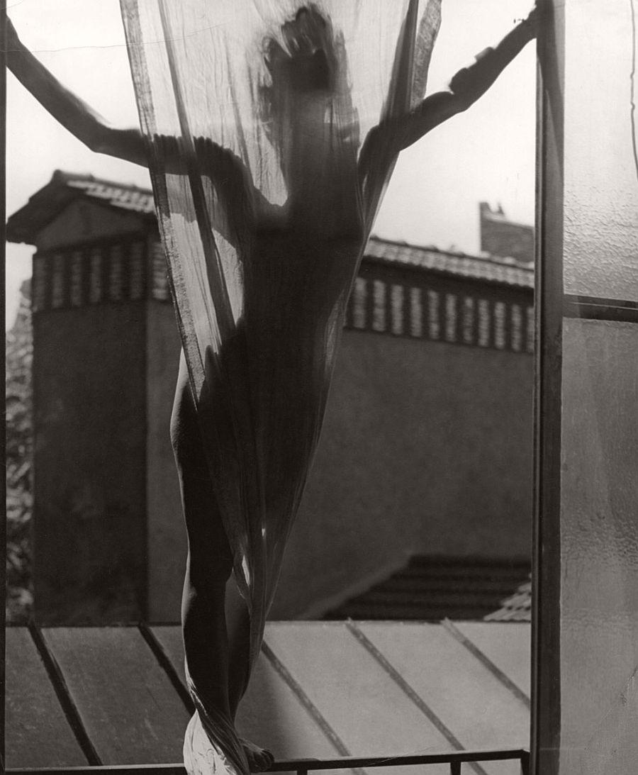 Erwin Blumenfeld Marguerite von Sivers sur le toit du studio 9, rue Delambre [Marguerite von Sivers on the roof of Blumenfeld's studio at 9, rue Delambre] Paris, 1937
