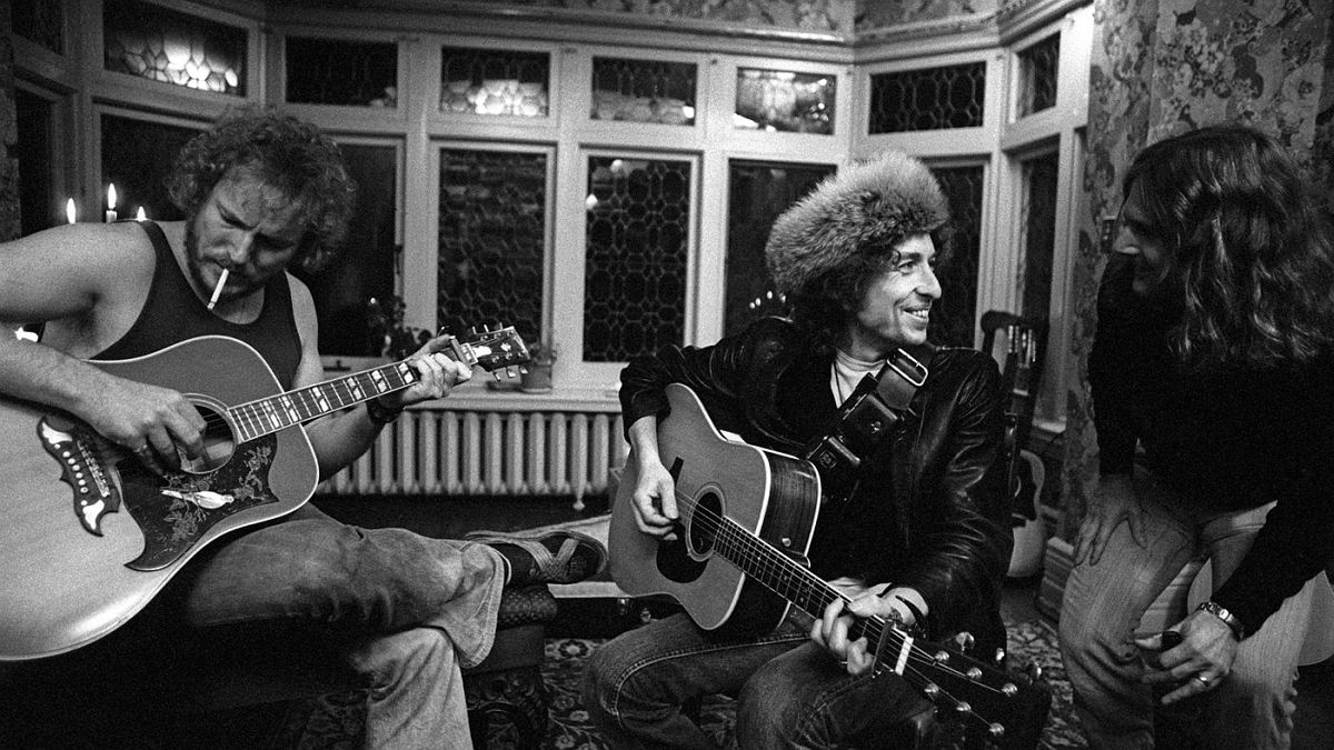 During downtime from the tour, Dylan jams with Roger McGuinn and Gordon Lightfoot.