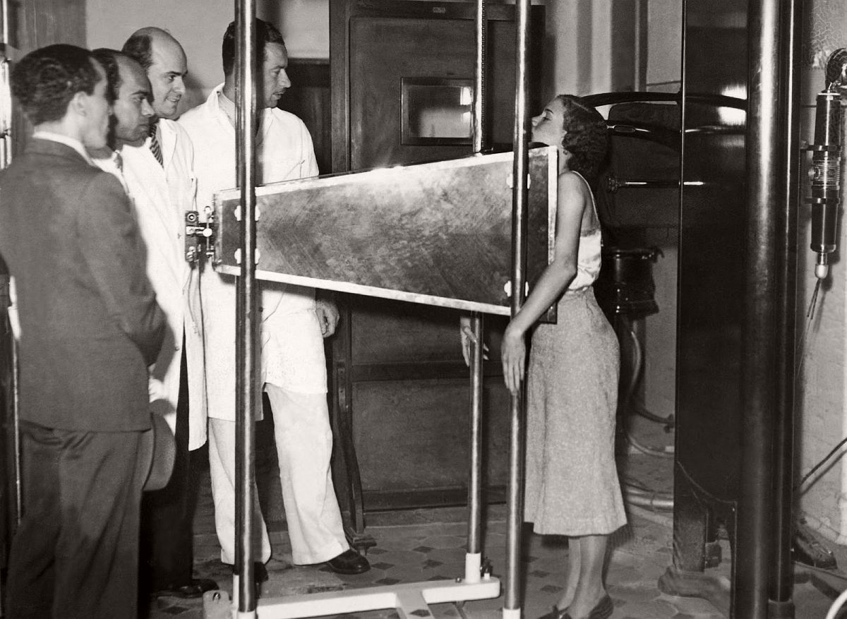 In October 1937 in Rio de Janeiro, a radiograph invented by Professor physicist Moraes De Abreu to detect lung diseases, called Roentgen-Photographie was used on a patient. (Keystone-France/Gamma-Keystone via Getty Images)