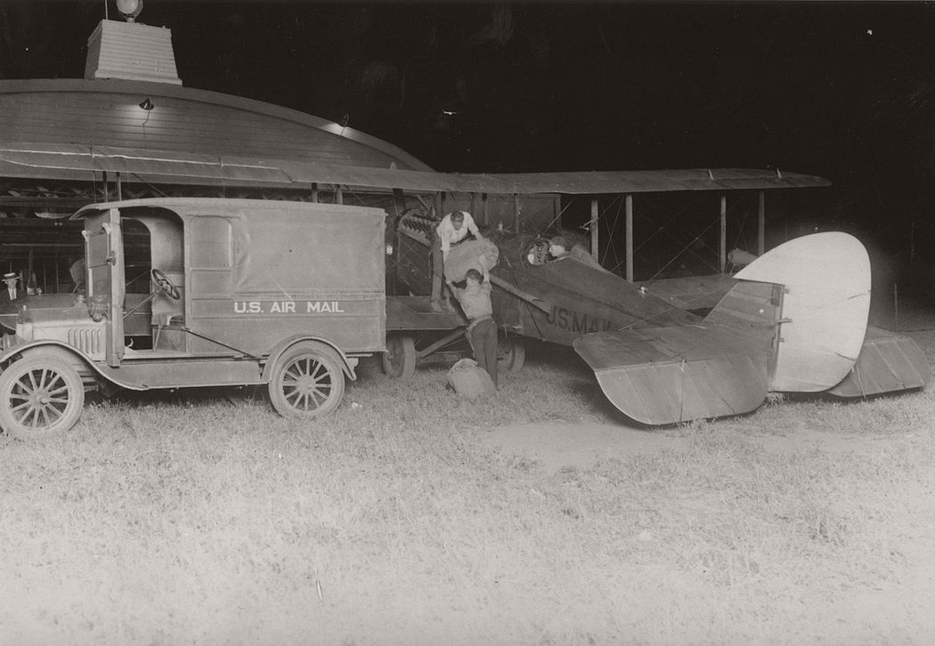 Loading airmail in New Brunswick, New Jersey, 1925