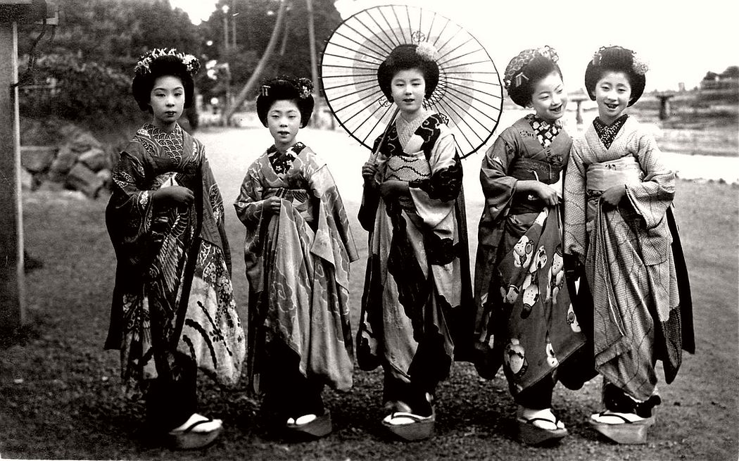 Five Maiko girls posing for a shot, ca. 1920s