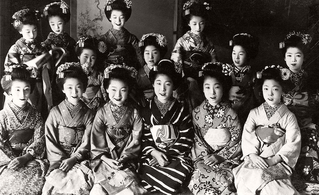 Fourteen Maiko girls in Komonos, ca. 1920s