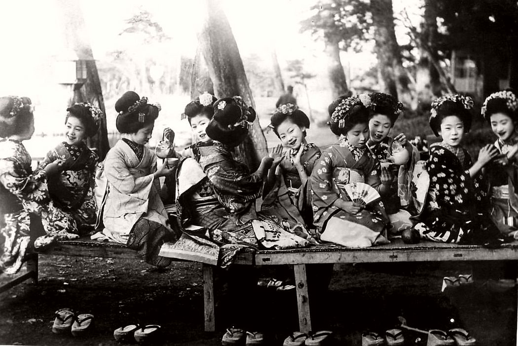 Maiko girls have an afternoon tea, ca. 1920s