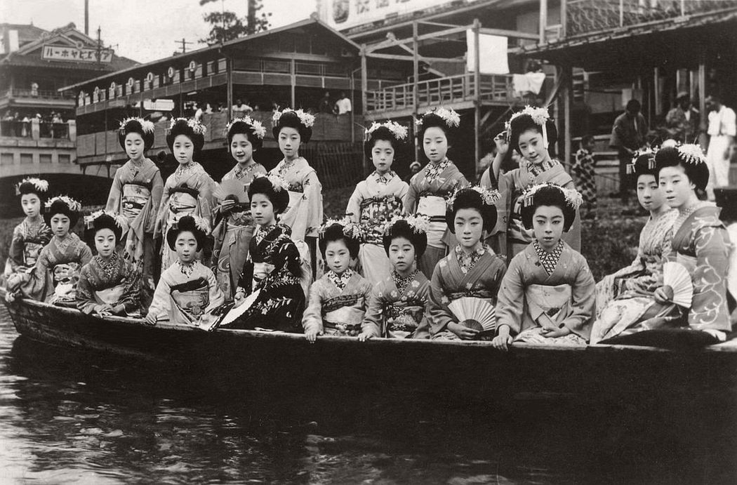 Maiko girls in a Takase-bune, 1926
