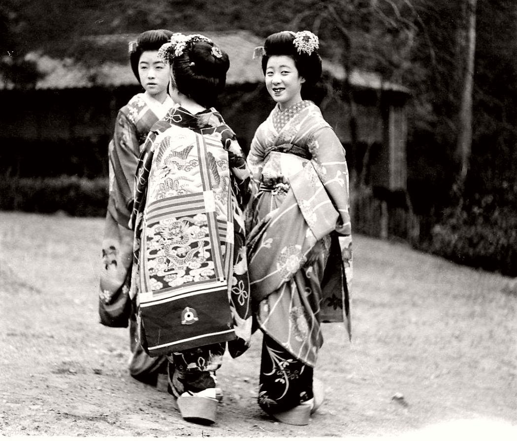 Maikos with dragon obi Kimonos in the 1920s