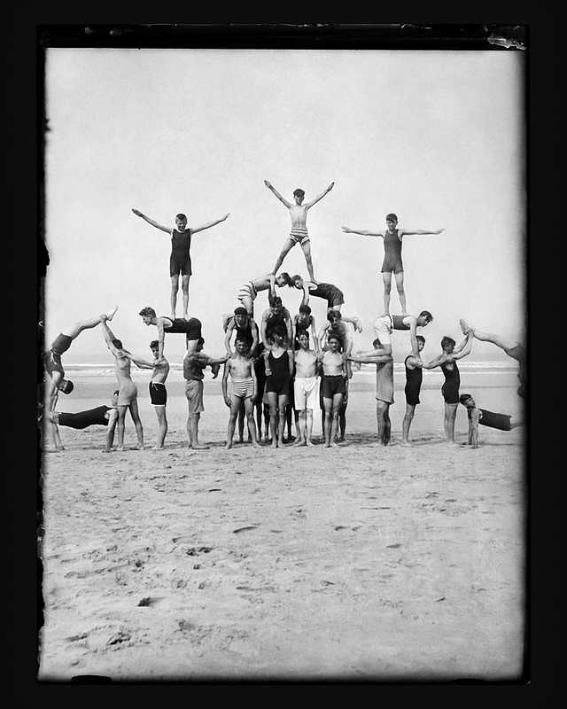 The Institut Emile Metz. The Loups blancs at the seaside in Bredene-aan-Zee, Belgium Swedish gymnastics on the beach. Around 1928 © CNA, Fonds Institut Emile Metz