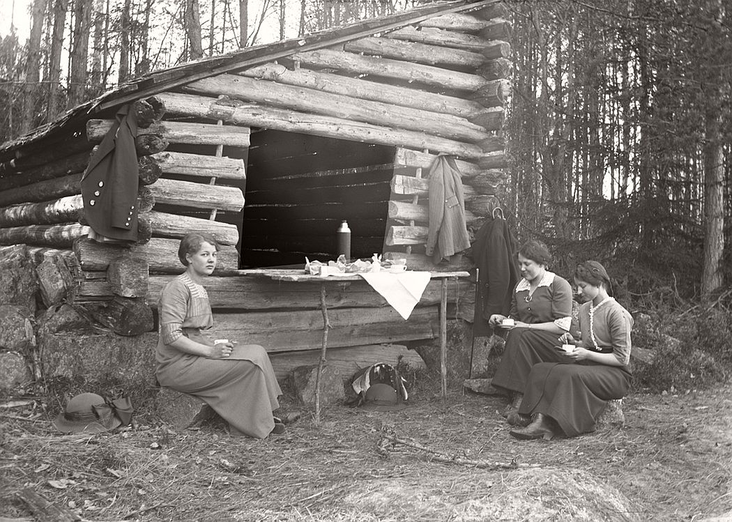 The young ladies are Carol Aurell, Maja Andersson and Klara Torsson, the latter teacher at Frinnaryds church school, 1915.