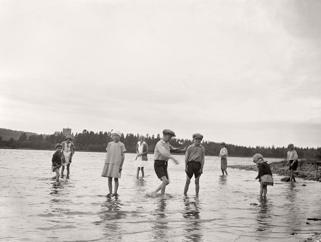 The motives of Lake Ralången with Stjärne Castle in the background. The children in the foreground is probably the family Söderholm.