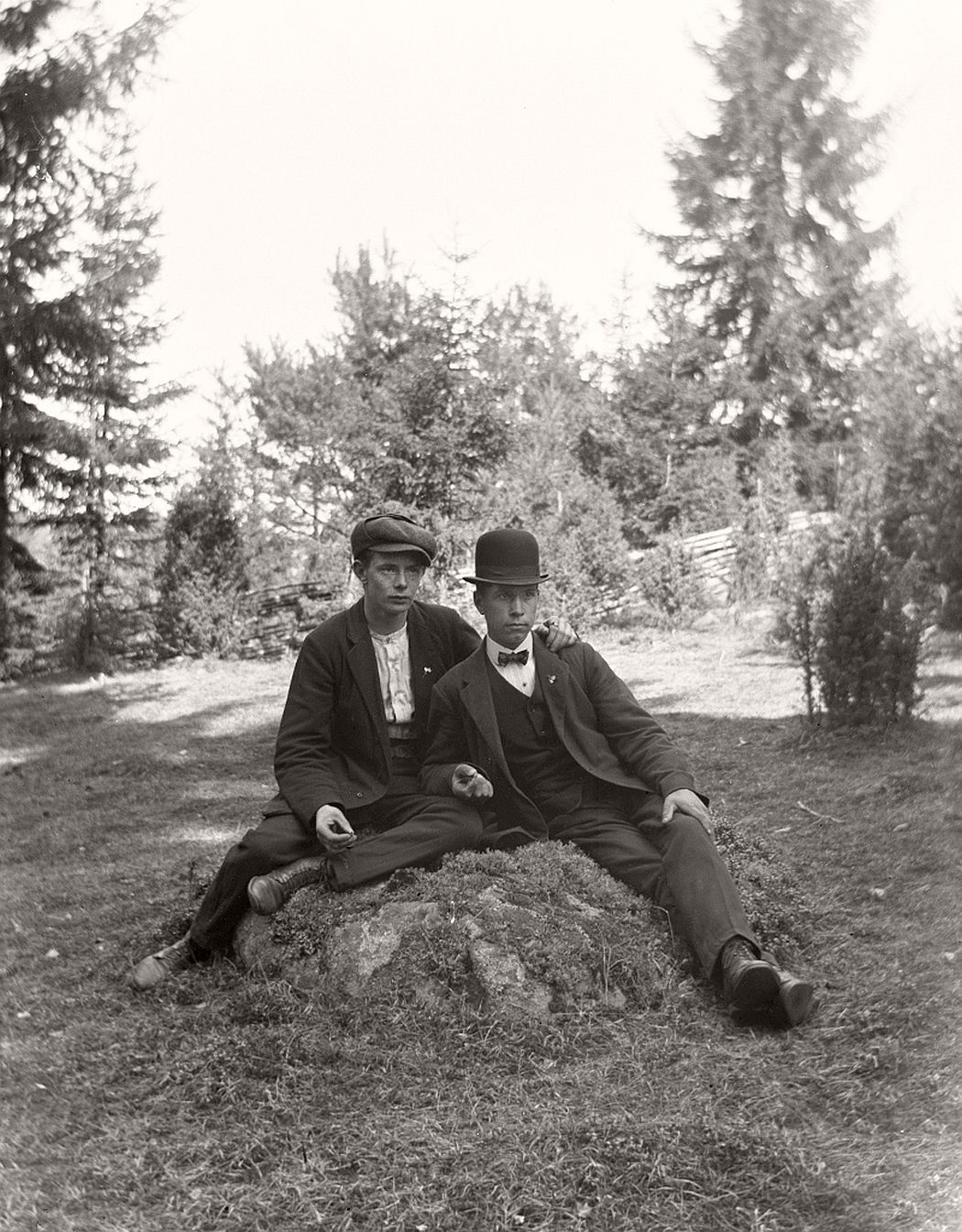 Two men on stone. To the left of the stone is Charles Smith (b. 1892), who was a profession painter and well known in Frinnaryd. The man on the right is not yet identified.