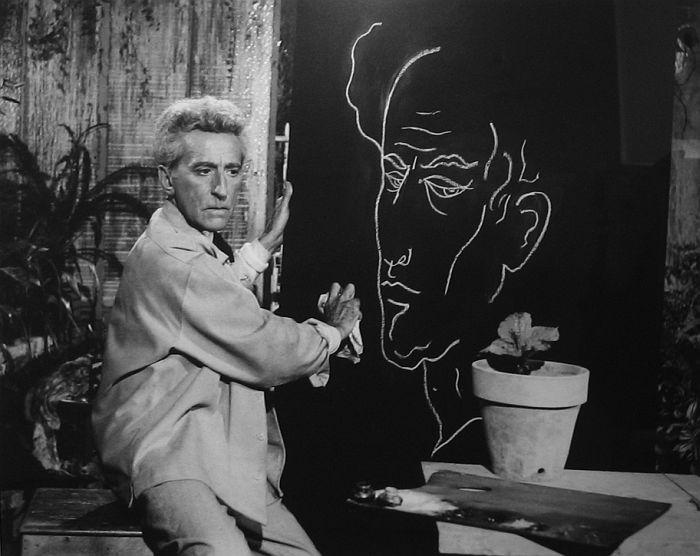 Jean Cocteau faisant son autoportrait Testament d`Orphée, Les Baux de Provence, 1959