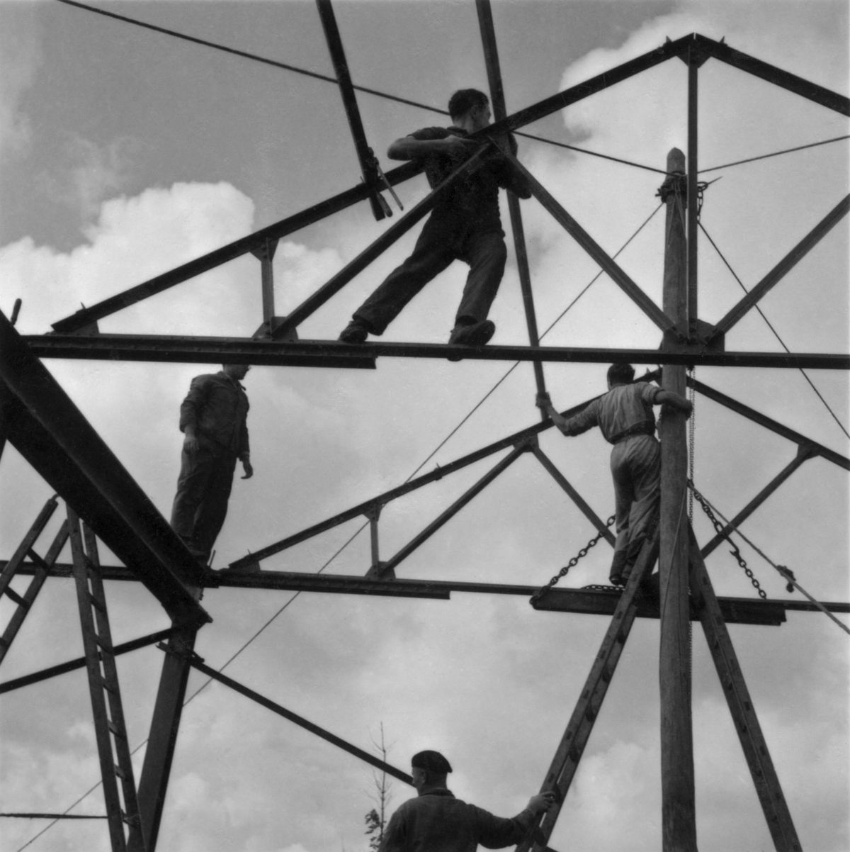 Roman Vishniac, [Zionist youth building a school and foundry while learning construction techniques, Werkdorp Nieuwesluis, Wieringermeer, The Netherlands], 1939. Gelatin silver print. © Mara Vishniac Kohn, courtesy International Center of Photography.