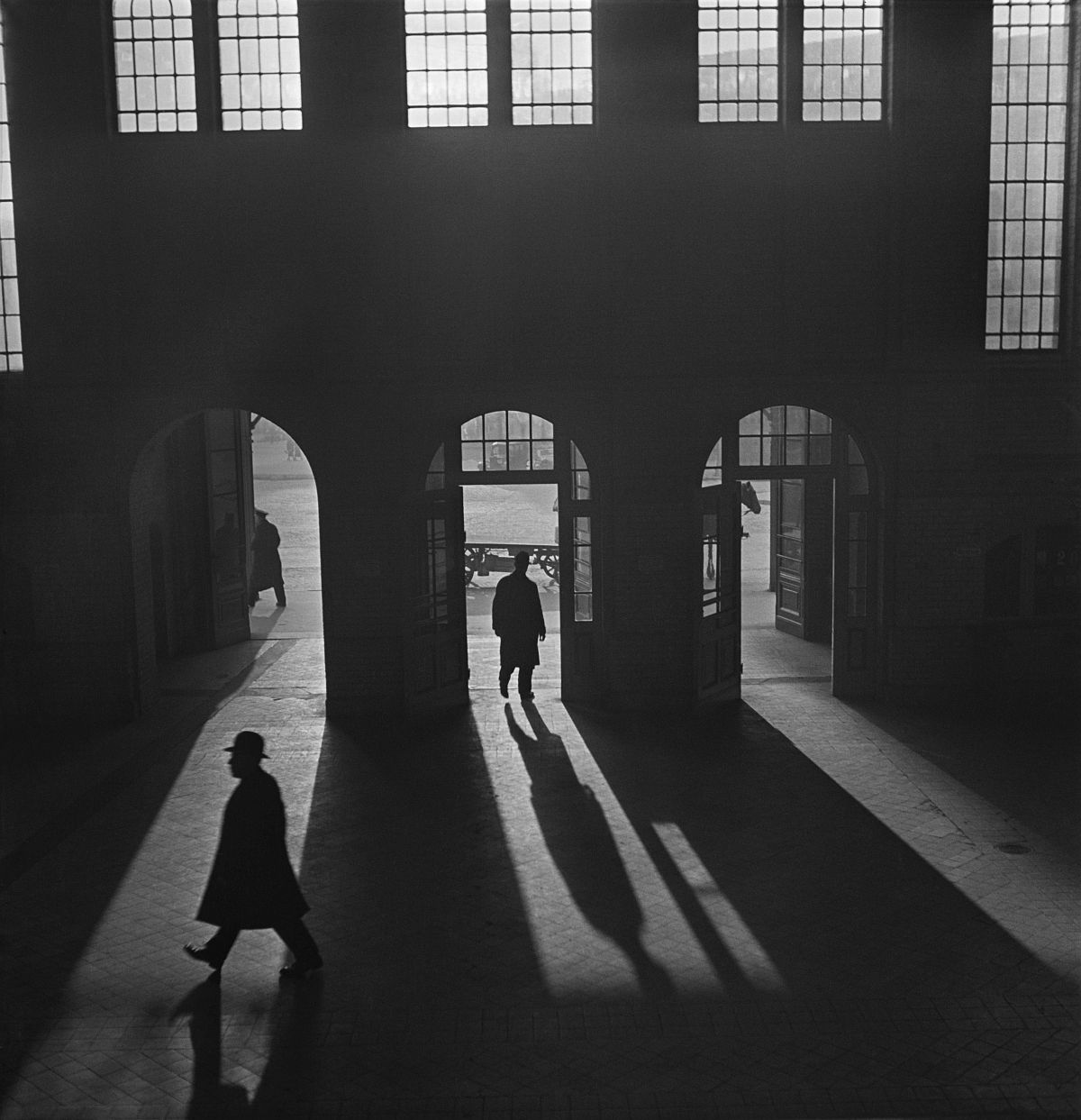 Roman Vishniac, [Interior of the Anhalter Bahnhof railway terminus, near Potsdamer Platz, Berlin], late 1920s–early 1930s. © Mara Vishniac Kohn. Courtesy International Center of Photography.