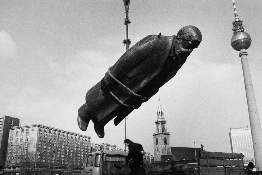 Sibylle Bergemann: Das Denkmal, Berlin, Februar 1986 © Nachlass Sibylle Bergemann; Ostkreuz / Courtesy Kicken Berlin and Loock Galerie