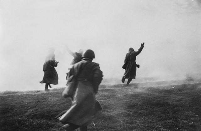 """Forward,"" (#20 From ""The Great Patriotic War: Portfolio I""), silver gelatin print, by Dmitri Baltermants. Anonymous gift. Bowdoin College Museum of Art."