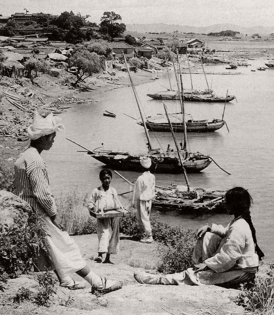 Junks along the Han River at Yongsan, a logging town near Seoul, 1903