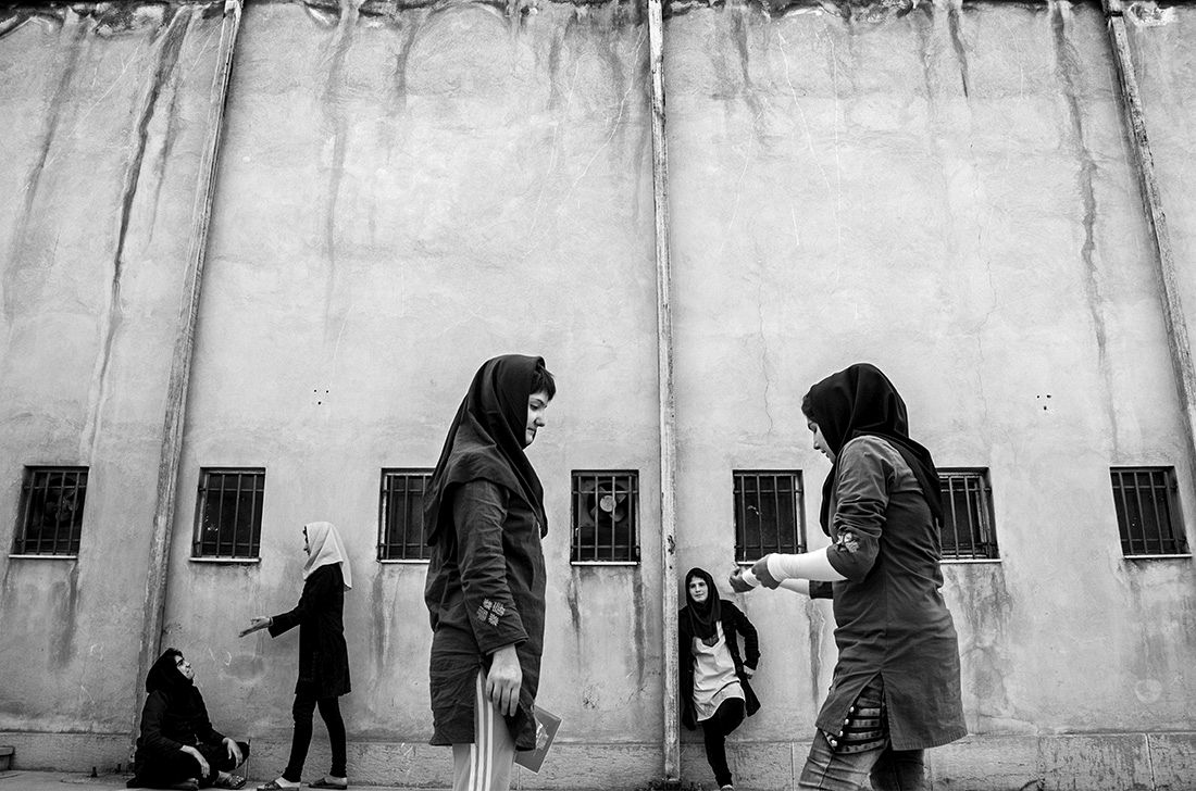 © Sadegh Souri: Waiting Girls / MonoVisions Awards 2017 winner