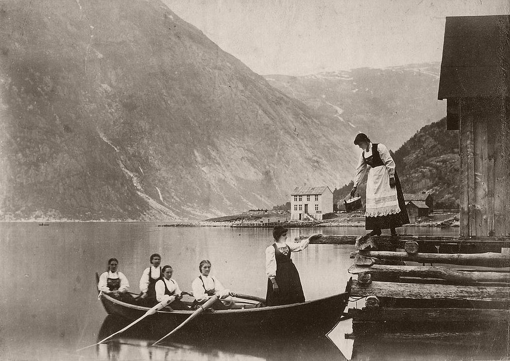 Young ladies of the Hardangerfjord