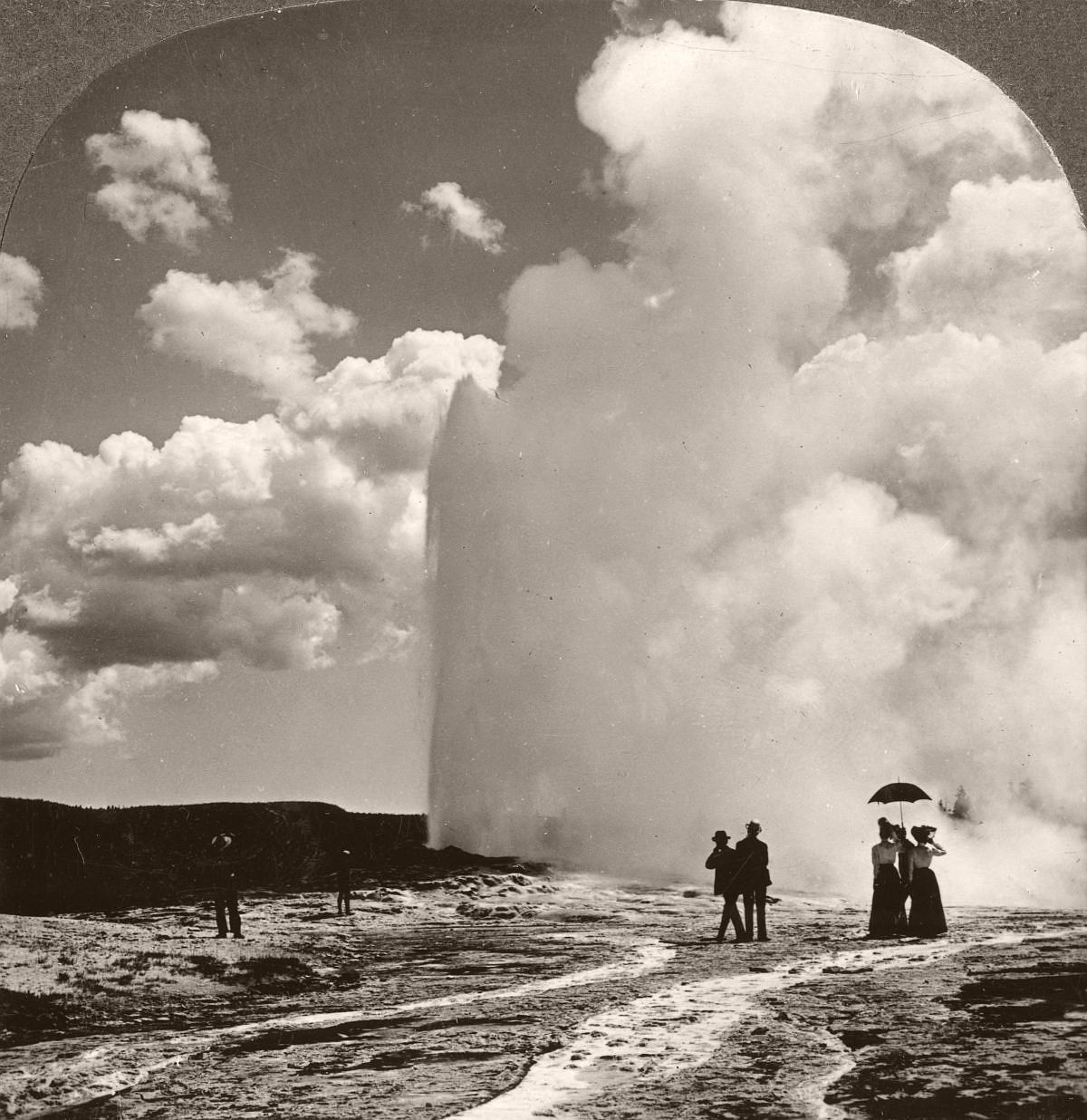 Tourists at Old Faithful in Yellowstone, 1901. (The Print Collector/Print Collector/Getty Images)