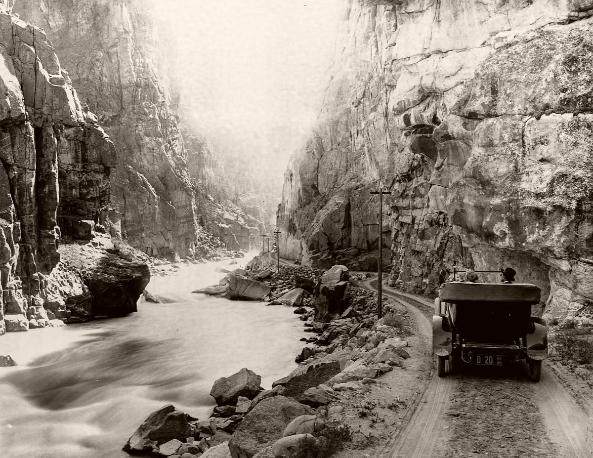 Tourists drive their car on a dirt road along Yellowstone River 1899. (Library of Congress/Corbis/VCG via Getty Images)