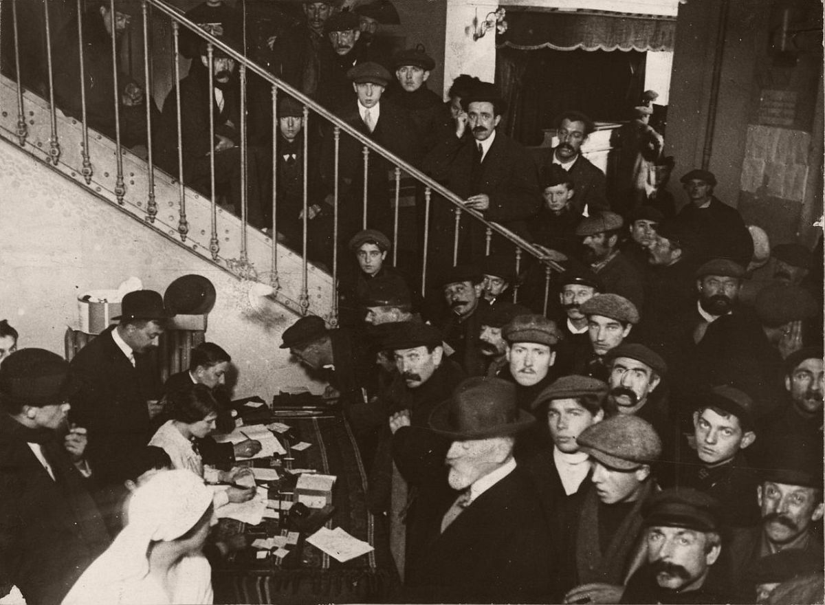 1914. Registration of Belgian refugees in the Paris circus.