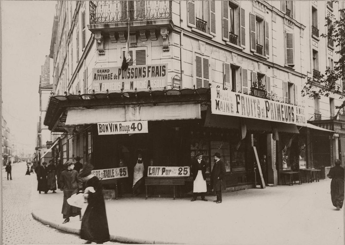 1914 Avenue du Maine. After two months of war, grocers put up banners in front of the store to show that things are going well.