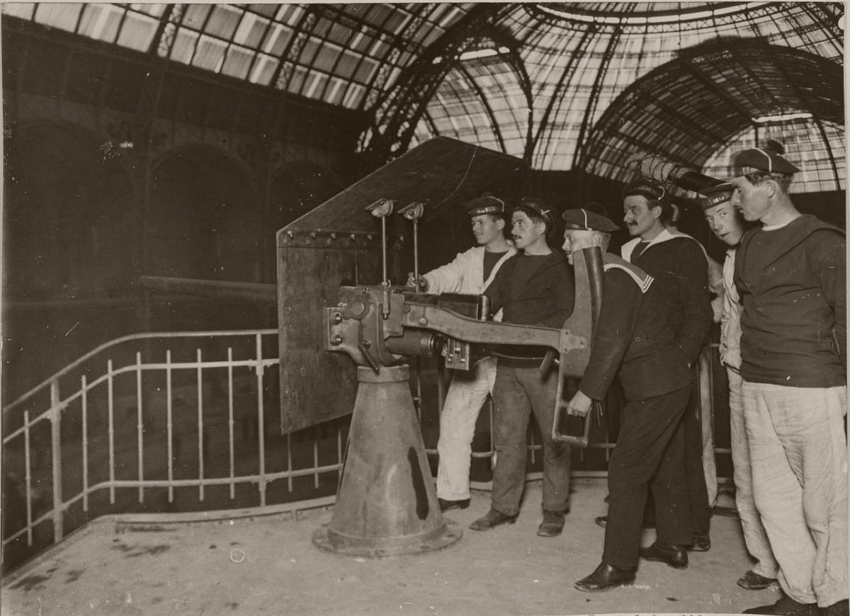 1914. The Grand Palais. An interesting place to set the gun.