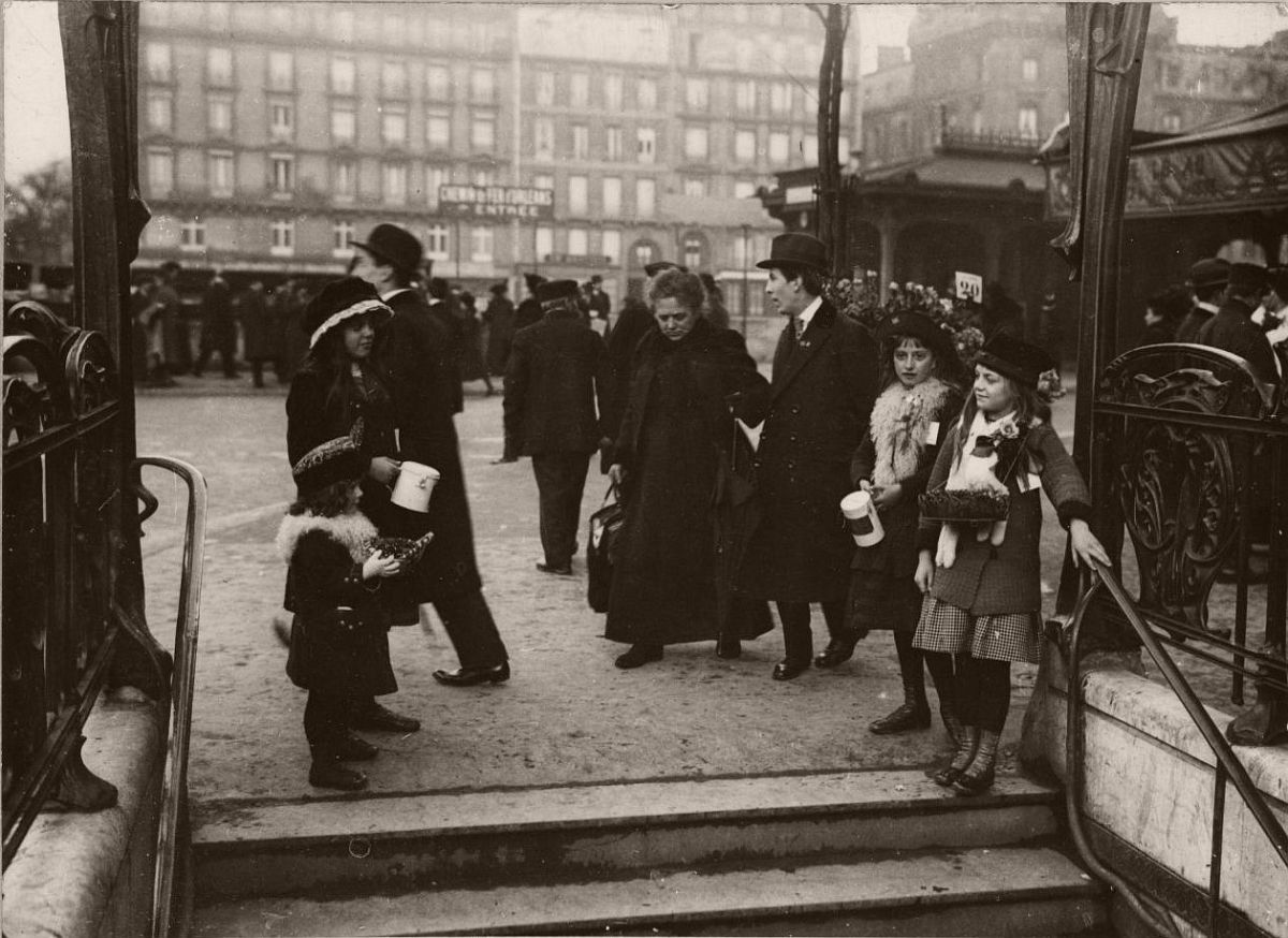 1914. Young girls and women collecting money for casualties at a metro entrance.