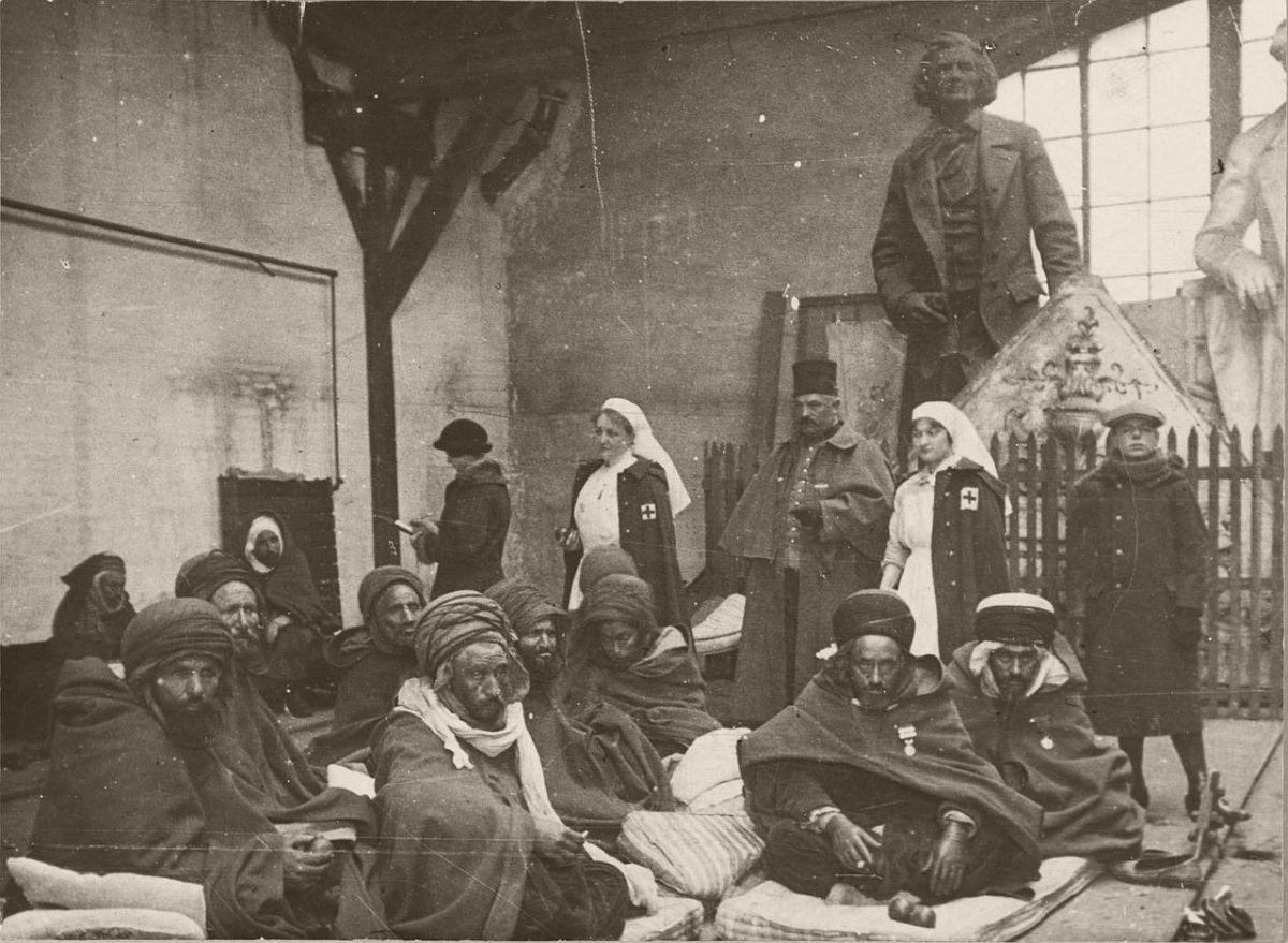 1914. Arab refugees in the area of Gare de Lyon.