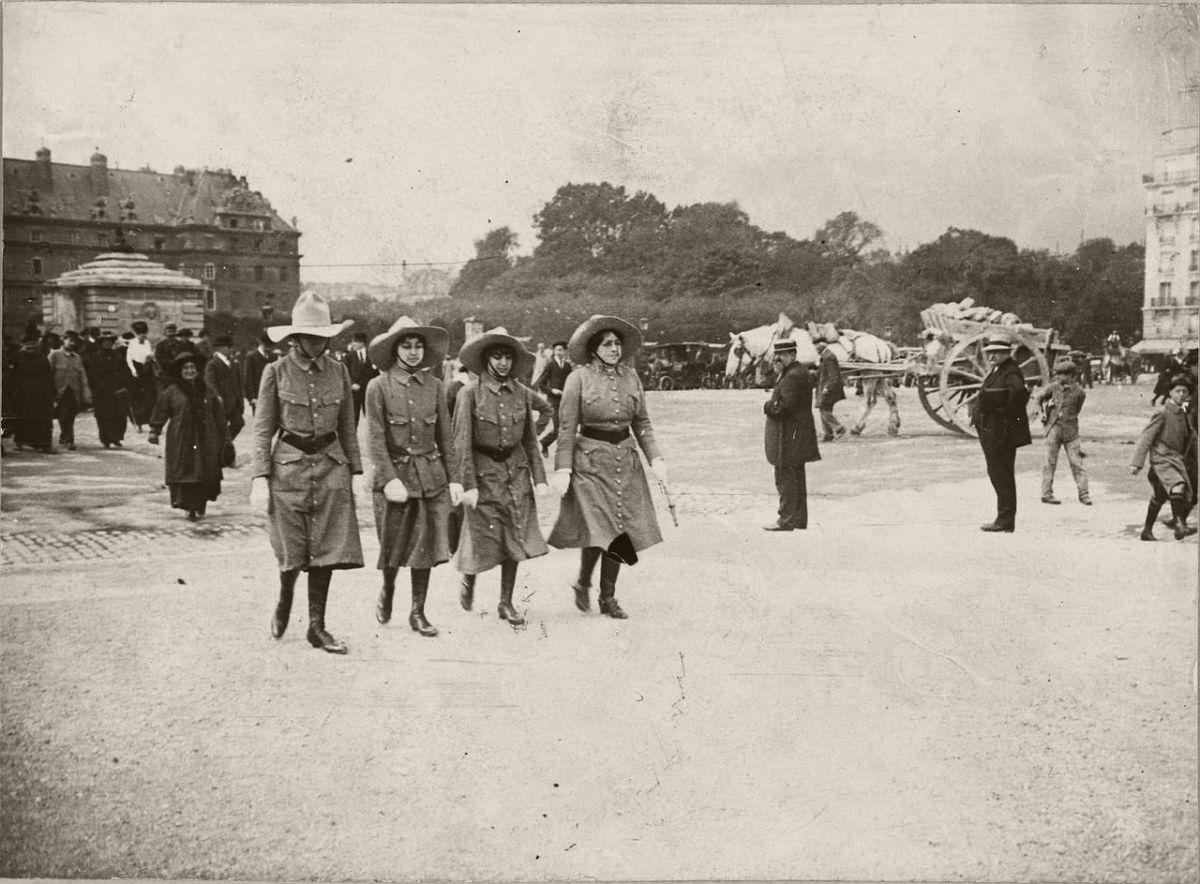 1915. Esplanade des Invalides. Mobilized Englishwoman.