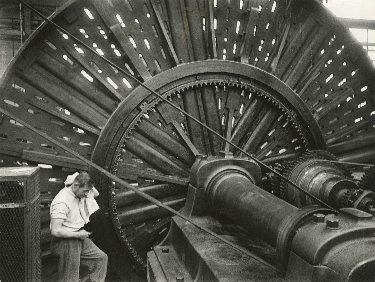 Errand-girl in the Oerlikon Machine Factory, 1934. © Jakob Tuggener-Stiftung