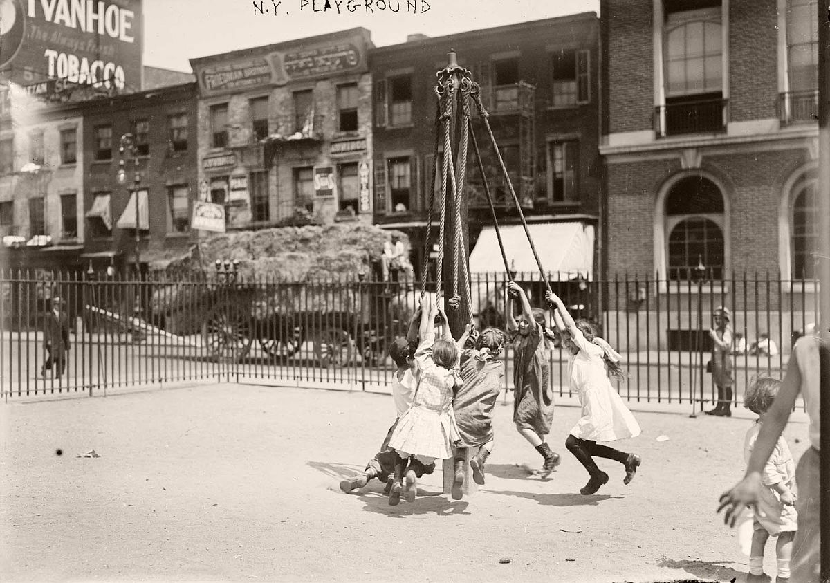 Playground in New York, ca. 1910-1915.