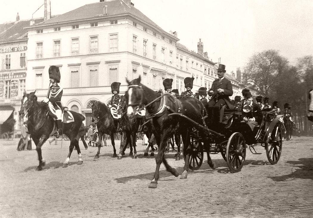 The royal guard at the Porte de Namur, Brussels, 1907