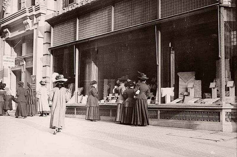 Christmas shoppers, window shopping, New York, 1900.