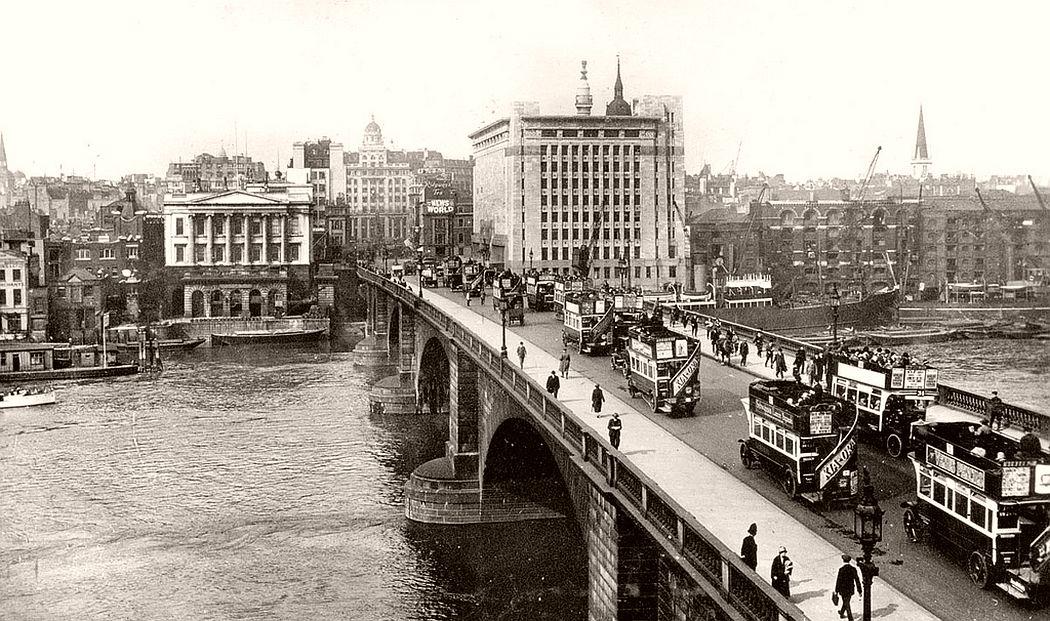 Street traffic on London Bridge, 1927.